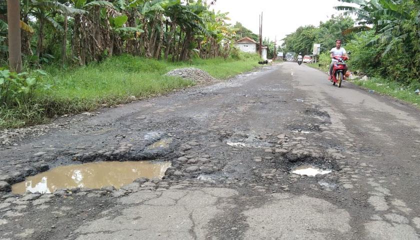 Banyak Lubang Besar di Ruas Jalan Ciruas-Pontang, Kecelakaan Sering Terjadi