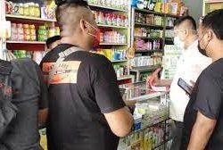 Petugas gabungan dari Polda Banten dan Polres Kota Tangerang saat mendatangi Apotek Murah Farma di Perum Citra Raya, Ruko Blosom Blok W, Nomor 24 Desa Mekar Bakti, Kecamatan Panongan, Kabupaten Tangerang.